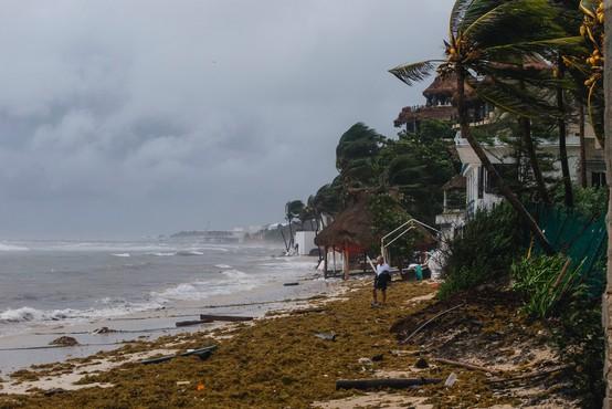 Orkan Grace, ki je dosegel Mehiko, grozi s poplavami in zemeljskimi plazovi