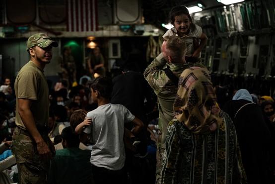 Na enem od evakuacijskih letov Afganistanka s pomočjo vojakov rodila deklico