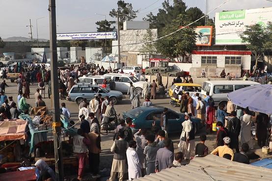 Na kabulskem letališču vlada kaos, Borrell izpostavil, da je evakuacija prepočasna