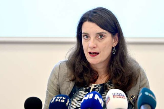 Prva interpelacija proti Kustečevi, a bo opozicija počakala na ministričino okrevanje