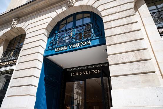 Znana aktivistka Tash Peterson skoraj gola protestirala v Louis Vuitton butiku