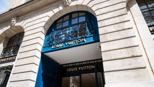 Znana aktivistka Tash Peterson skoraj gola protestirala v Louis Vuitton butiku (foto: Profimedia)