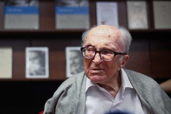 Borisu Pahorju ob 108. rojstnem dnevu poklon z zbornikom