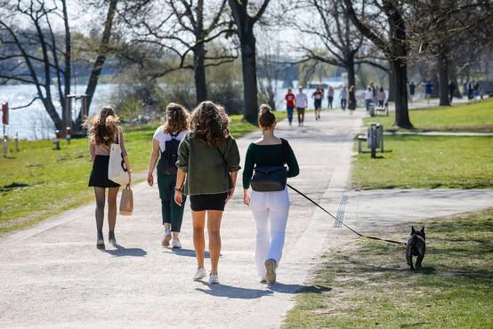 Kako je kratek sprehod razdvojil svet - na kateri strani vroče debate ste?