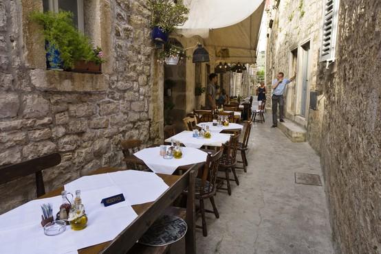 Na Hrvaškem dodatno zrahljali ukrepe za gostince
