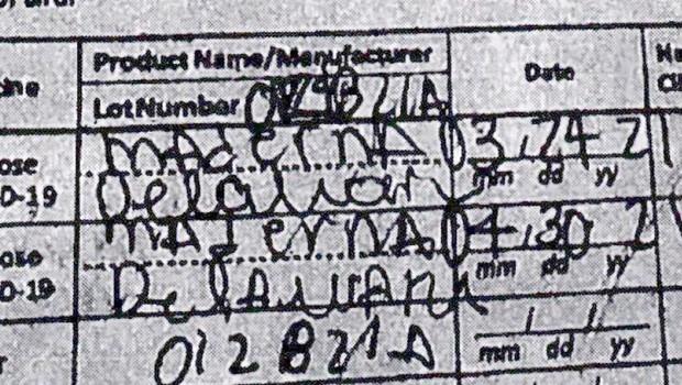 Turistko s ponarejenim potrdilom o cepljenju ujeli pri odhodu s Havajev (foto: profimedia)