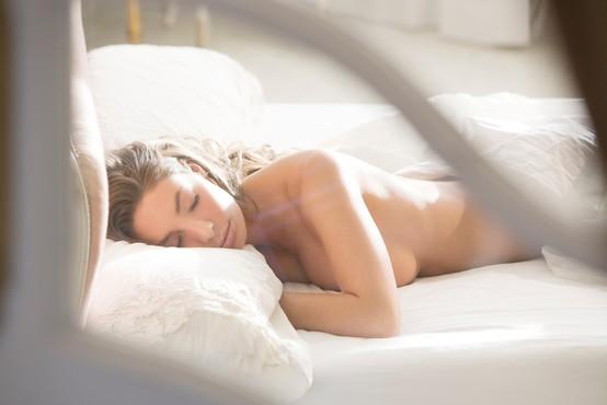 Zdravnik pravi, da ne smemo spati popolnoma goli – in razlog je precej neokusen