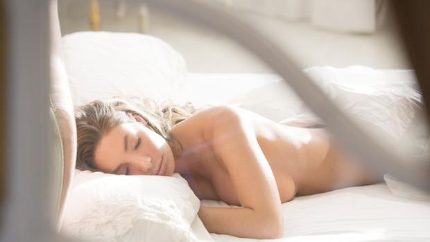Zdravnik pravi, da ne smemo spati popolnoma goli – in razlog je precej neokusen (foto: Profimedia)