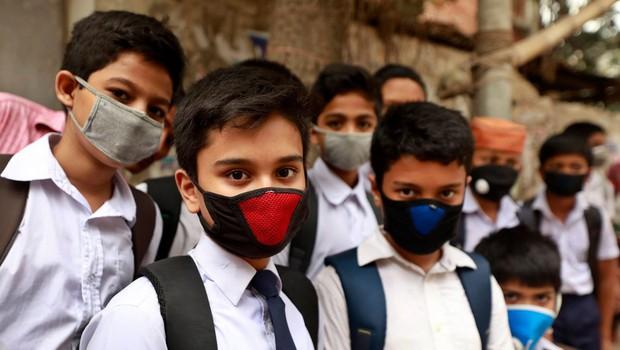 Zaščitne maske so UČINKOVITE pri ustavljanju širjenja covida-19, kaže študija (foto: profimedia)