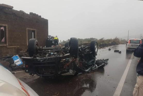 Tornado na otoku Pantelleria ugasnil dve življenji, prevračal vozila in odkrival strehe