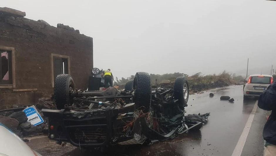 Tornado na otoku Pantelleria ugasnil dve življenji, prevračal vozila in odkrival strehe (foto: profimedia)