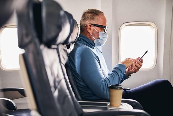Ker sta zaščitno masko nosila pod nosom, nato pa postala še nasilna, sta morala zapustiti letalo!