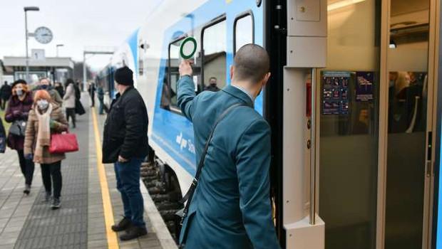 Izpolnjevanje pogoja PCT bodo na vlakih preverjali sprevodniki (foto: Tamino Petelišek/STA)
