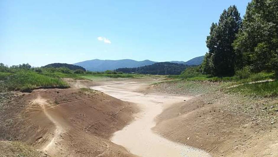 Cerkniško jezero zaradi izrazite suše v zadnjem obdobju prvič po 18 letih povsem izsušeno (foto: STA)