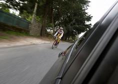 Voznik nad kolesarja kar s pestjo, ker so ga razjezili s kolesarjenjem v skupini