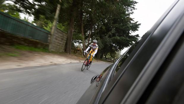 Voznik nad kolesarja kar s pestjo, ker so ga razjezili s kolesarjenjem v skupini (foto: Profimedia)