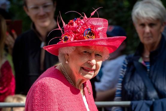 To so skriti znaki kraljice Elizabete, ko želi na hitro končati pogovor