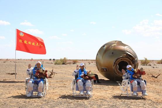 Po treh mesecih na vesoljski postaji so se kitajski astronavti vrnili domov