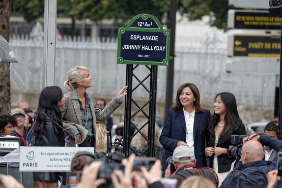 Francozi so se poklonili pokojnemu Johnnyju Hallydayu s šestmetrskim spomenikom