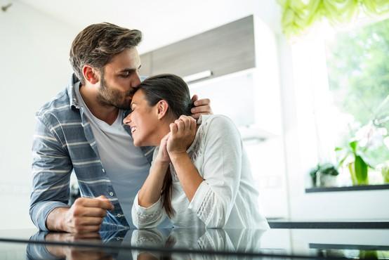 Ste vedeli, da lahko s poljubom, ki ga namenite ženi pred odhodom v službo, podaljšate življenje?