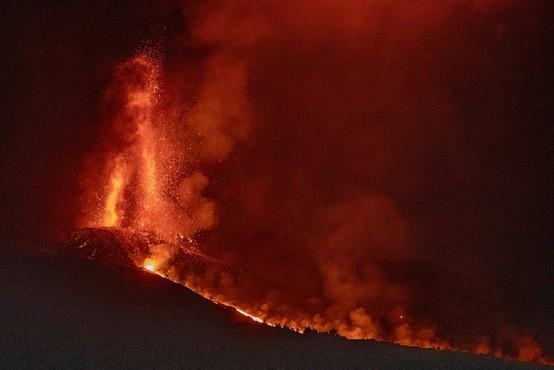 Vulkan Cumbre Vieja na kanarskem otoku La Palma še naprej bruha lavo in pepel