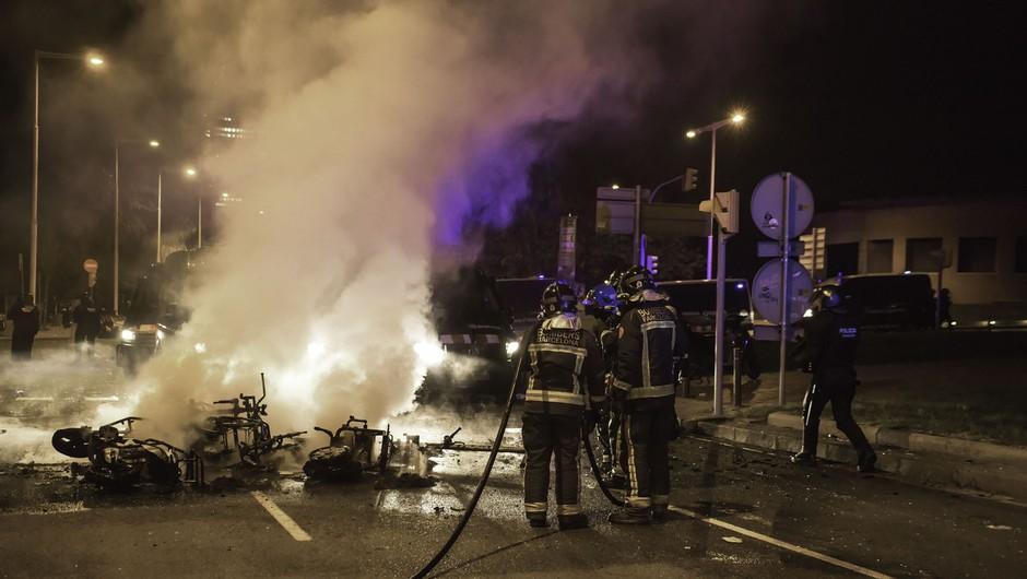Ob množičnih zabavah na prostem v Barceloni tudi nekaj hujših izgredov (foto: profimedia)