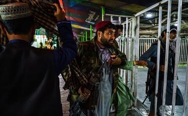 """Afganistanski talibani okrcali vojake: """"Začnite se obnašati in prenehajte s selfiji!"""""""