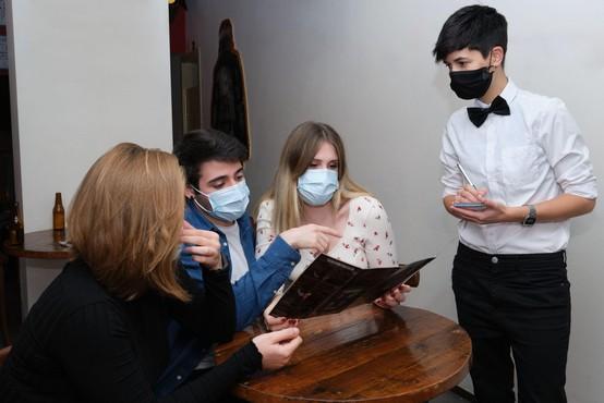 Maske ne bodo več potrebne v zaprtih prostorih, kjer nudijo tudi strežbo hrane in pijače