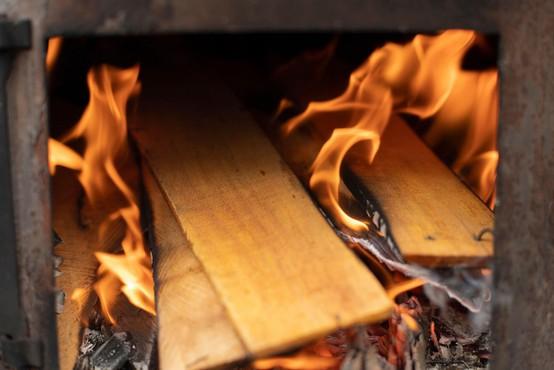 Ker papir in drva niso zagoreli, je v peč prilil nafto in se hudo opekel