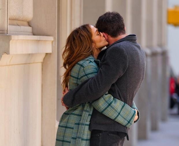 ... noro zaljubljen in zato ljubkih fotografij ne manjka. Ampak ...