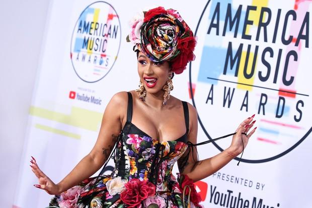 Pa začnimo: Cardi B kot rožica na American Music Awards. Ta modna izbira še ni tako grozna, kajne? Poglejmo naslednjo …