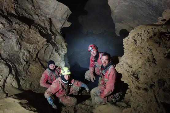 Slovenski jamarji v Skalarjevem breznu presegli 1000 metrov globine