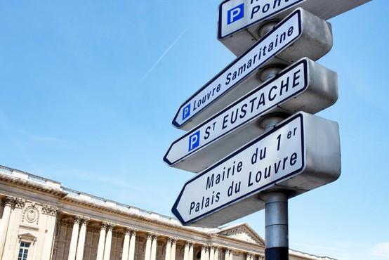 Pariške oblasti začele odstranjevati VSE kažipote, razlog je bizaren