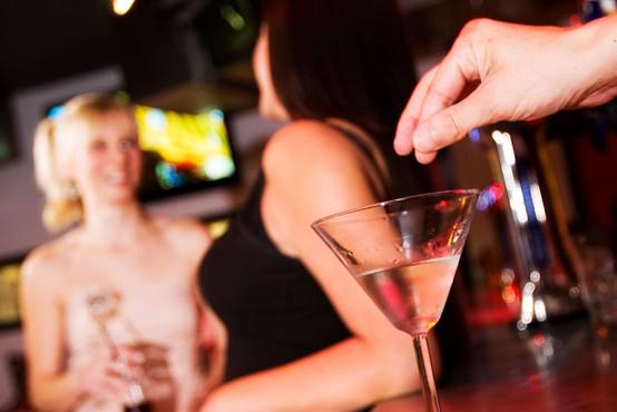 Kako veste, da vas je nekdo omamil s pijačo (in kako reagirati v takšni situaciji)?