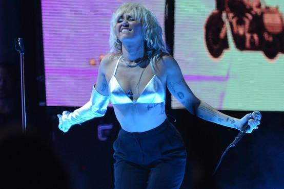 Miley Cyrus odvrgla modrček in oblekla pomankljiva oblačila - imamo fotografije!