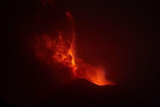 Vulkan Etna, ki je aktiven že nekaj mesecev, je spet začel bruhati lavo