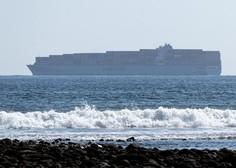 Pred kanadsko obalo zagorela tovorna ladja, v ozračje se sproščajo strupeni plini