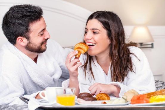 Strokovnjaki razkrili najpogostejše napake, ki jih pari počnejo v postelji